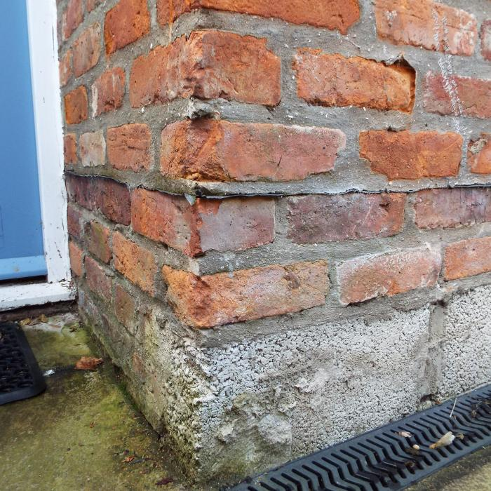 Not quite sure who installed this damp proof course during construction, but I am certain they\'re no builder/professional and really should pack up their tools and call it a day!